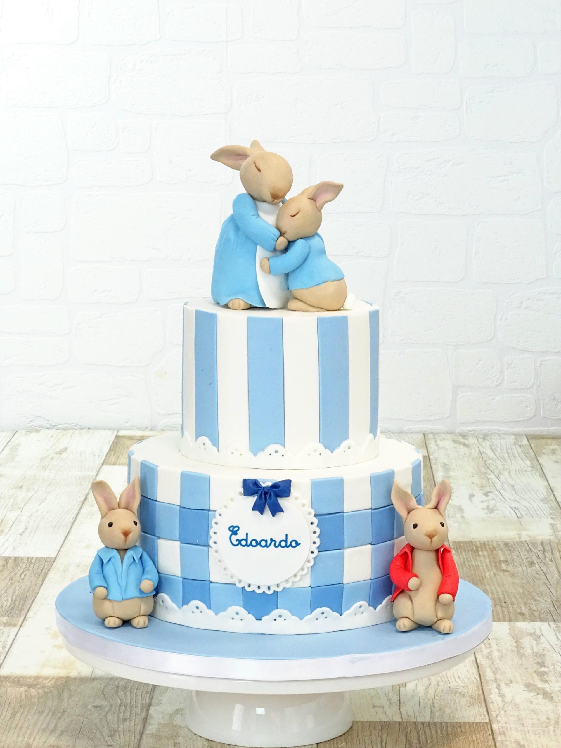 torta bianca e azzurra con mamma coniglia e coniglietti