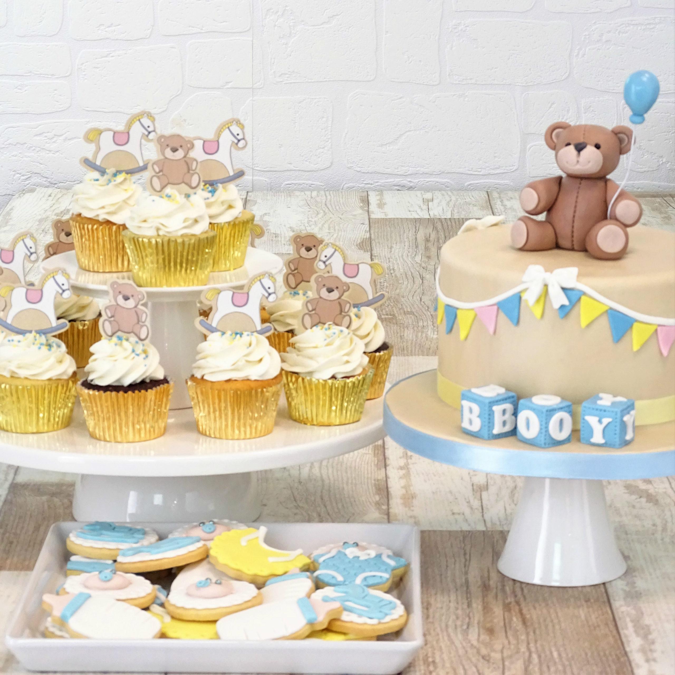 torta con cubi lettere, biscotti tutina biberon bavaglino bebè, cupcake per babyshower