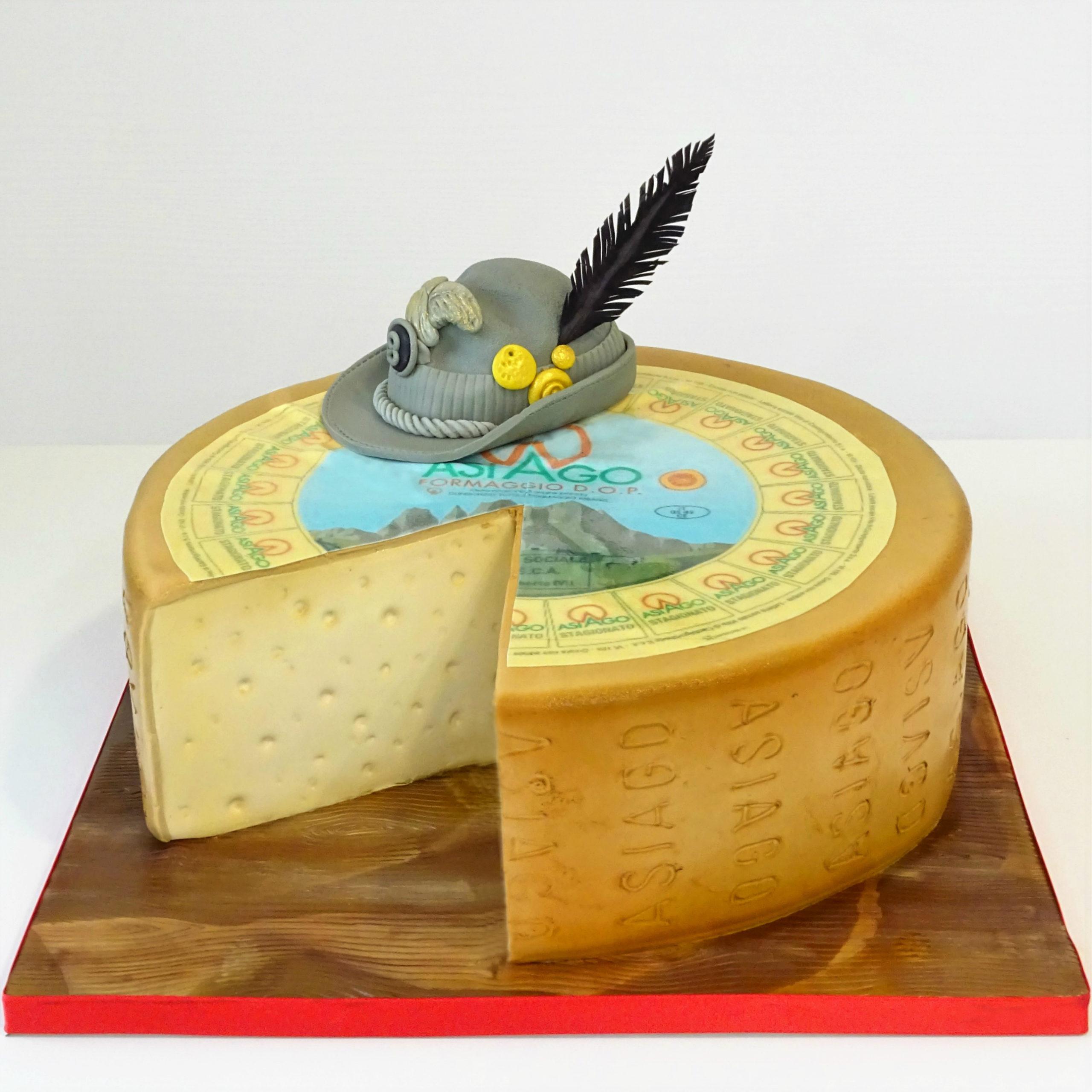 torta compleanno forma formaggio asiago cappello alpino piuma nera