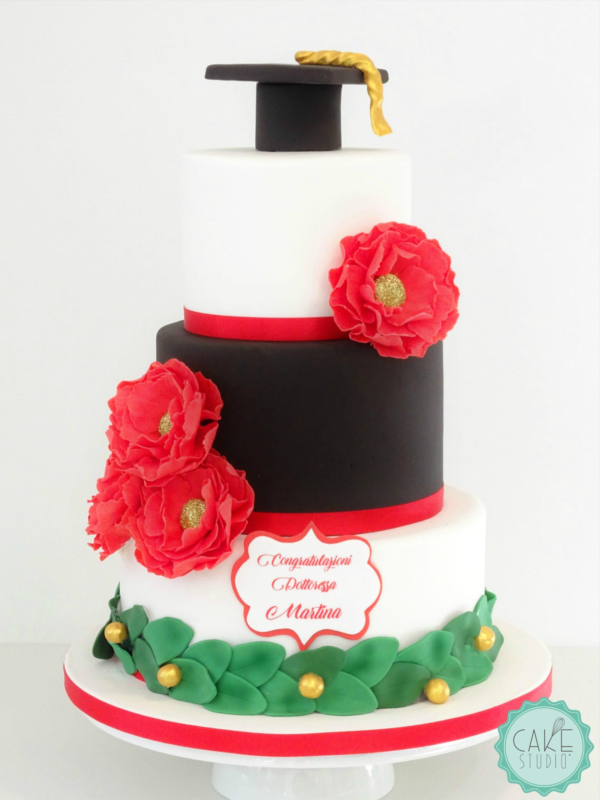 torta a piani per laurea con corona alloro e fiori rossi e tocco