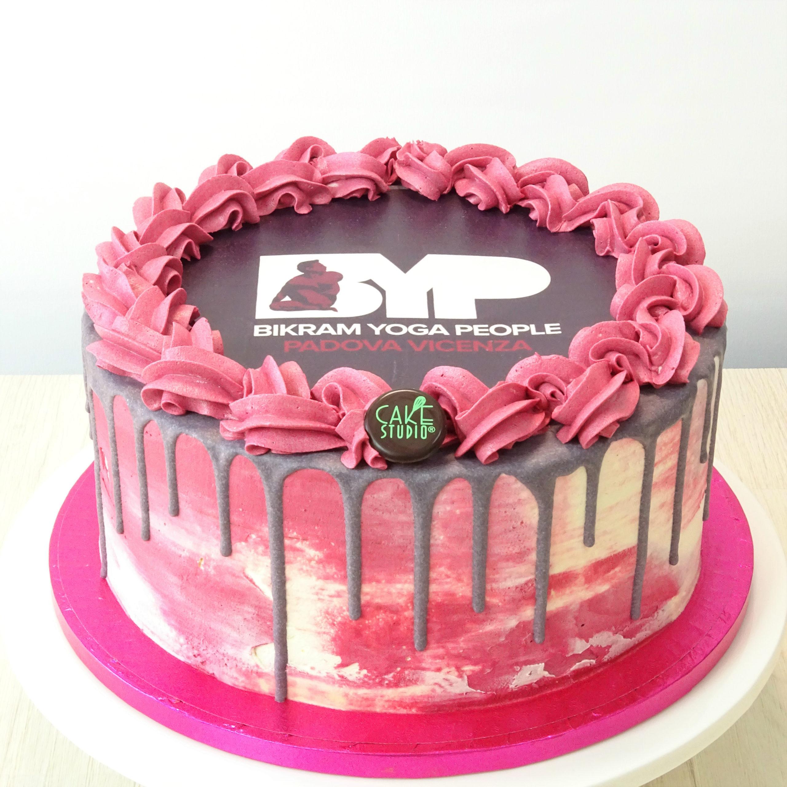 drip cake con logo per evento aziendale