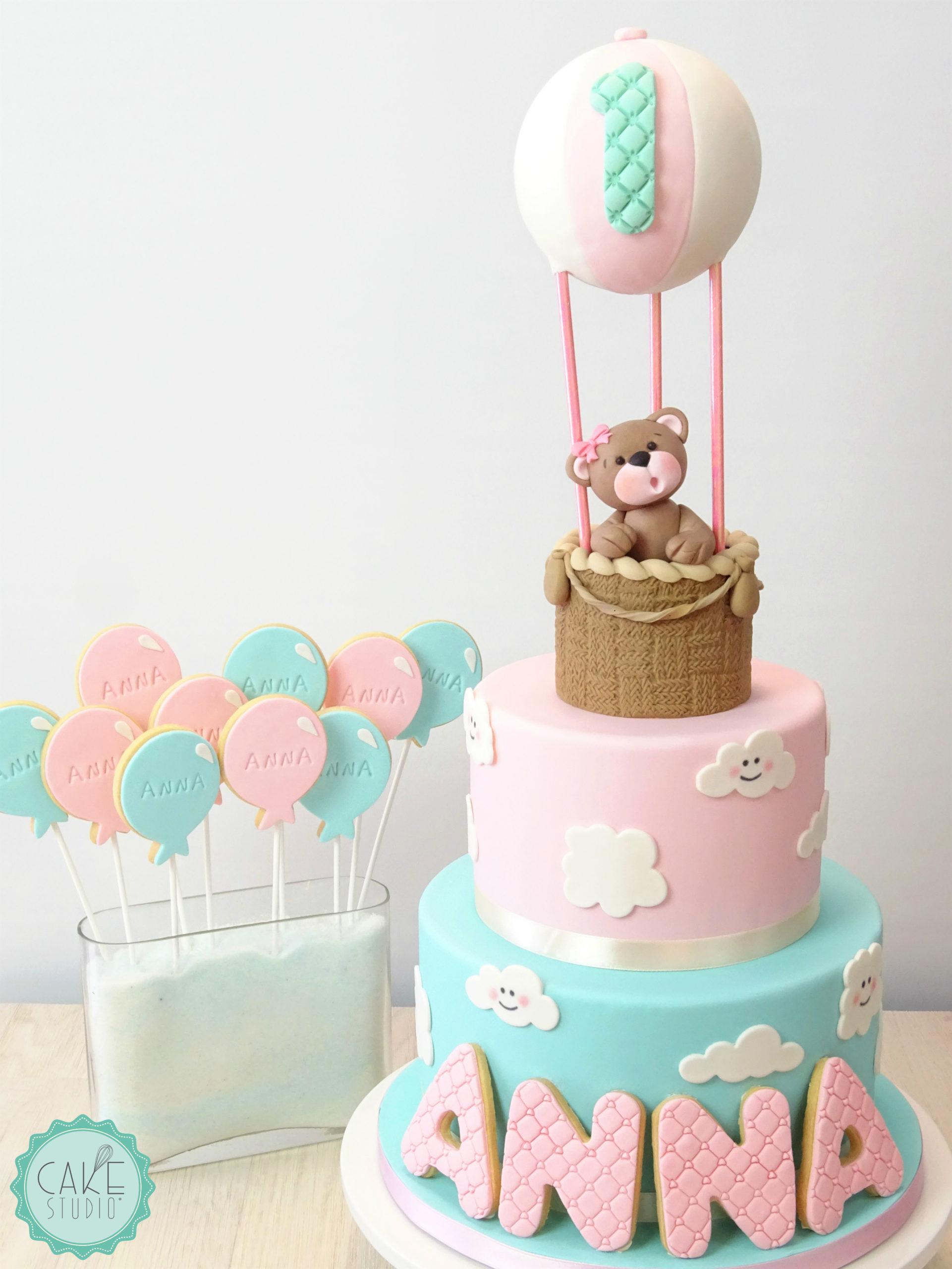 torta con mongolfiera e orsacchiotto, nuvole e biscotti per primo compleanno bambina