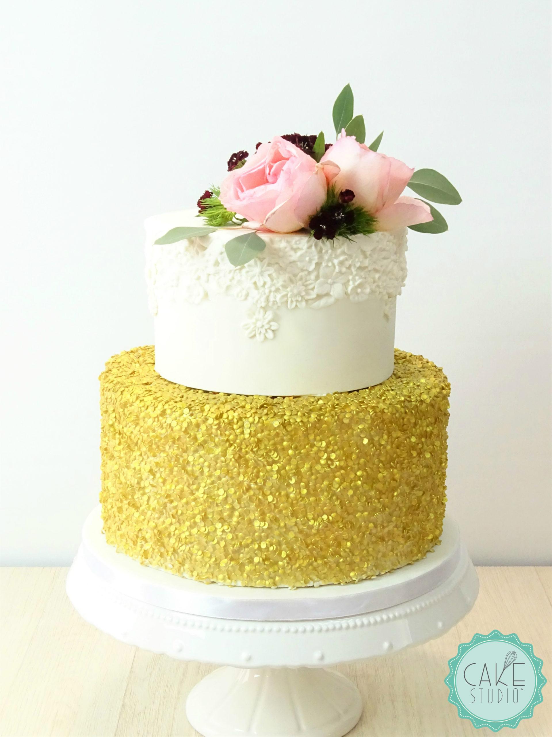 torta compleanno paillettes oro fiori zucchero bianco