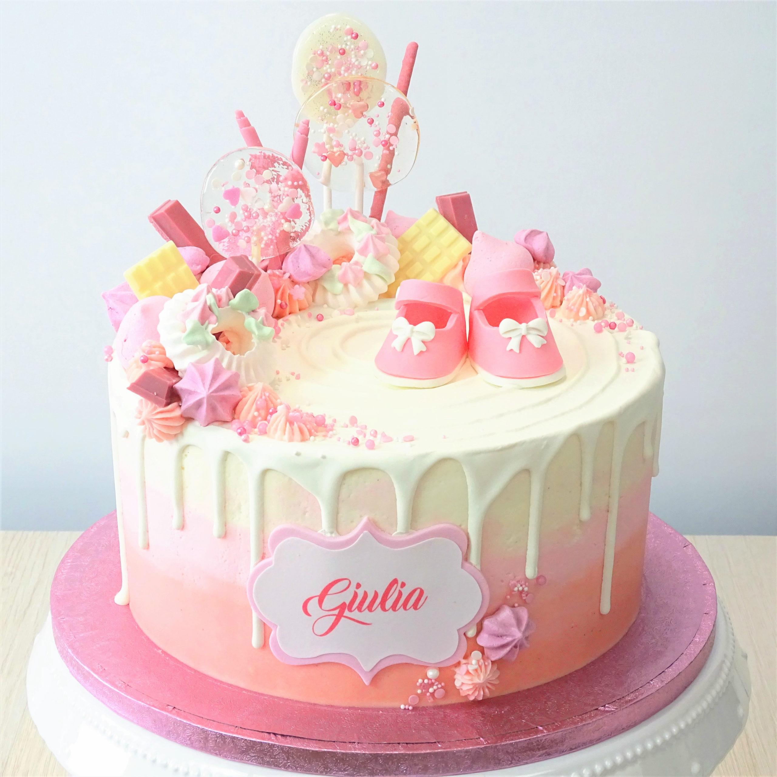 torta compleanno battesimo bianca e rosa con scarpine leccalecca meringhe cioccolato