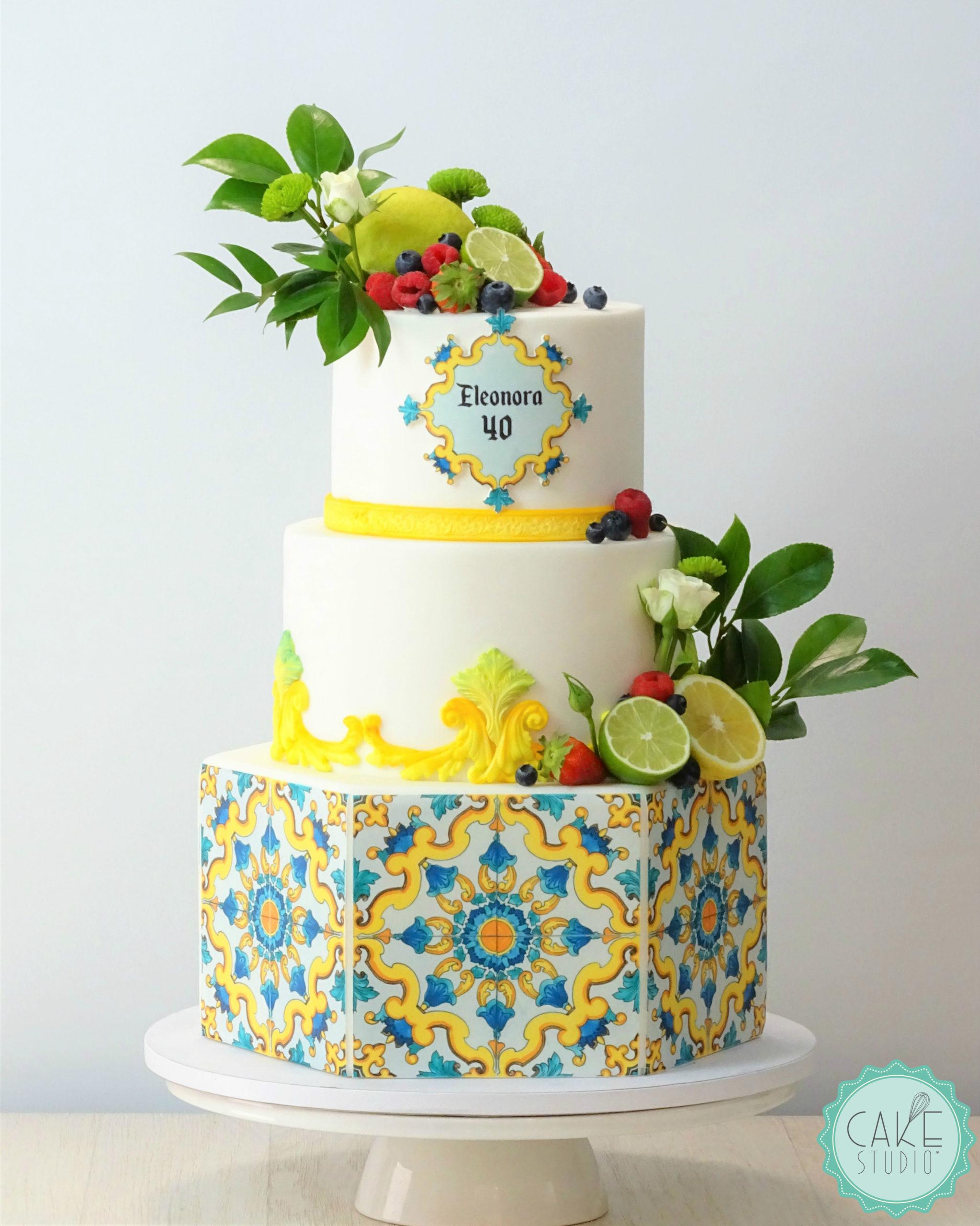 torta con maioliche limoni lime lamponi mirtilli