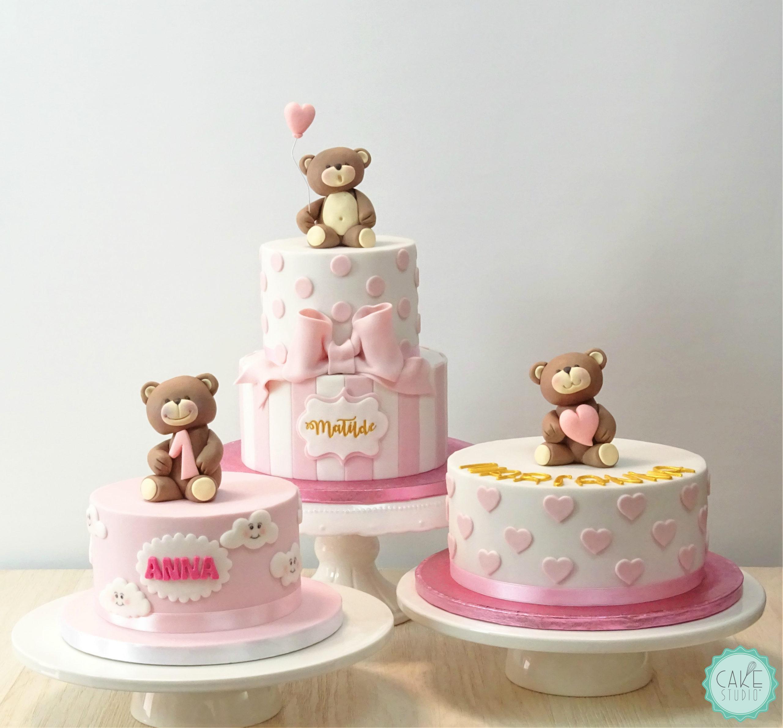 torta primo compleanno bambina bianco rosa righe cuori fiocco orsetto palloncino