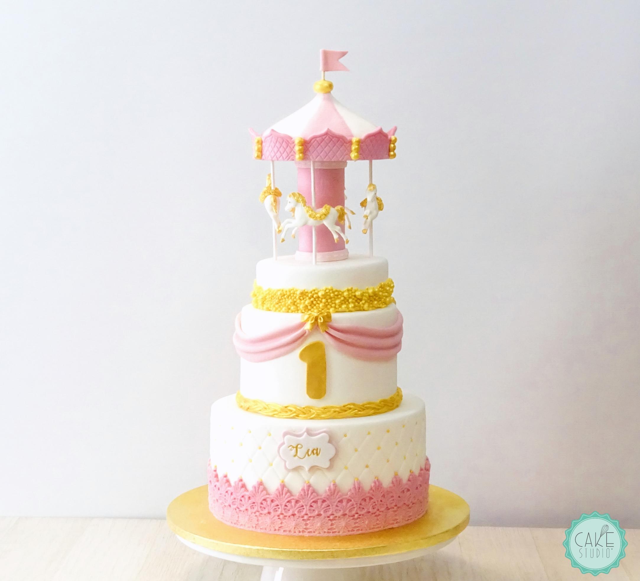 torta primmo compleanno bambina bianco rosa oro con giostra cavallini