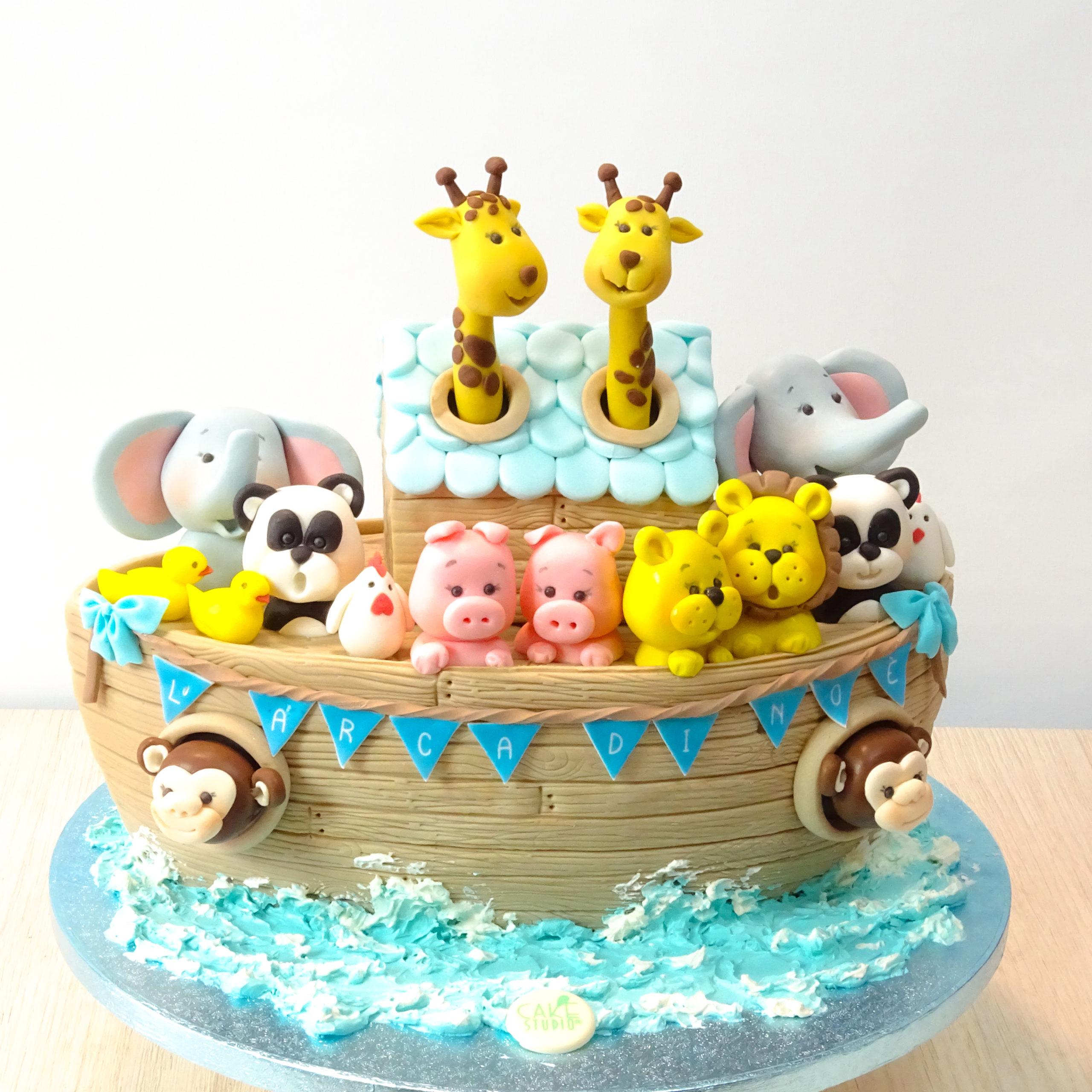 torta a forma di arca di noe con animali scimmie elefanti panda giraffe leoni maiali