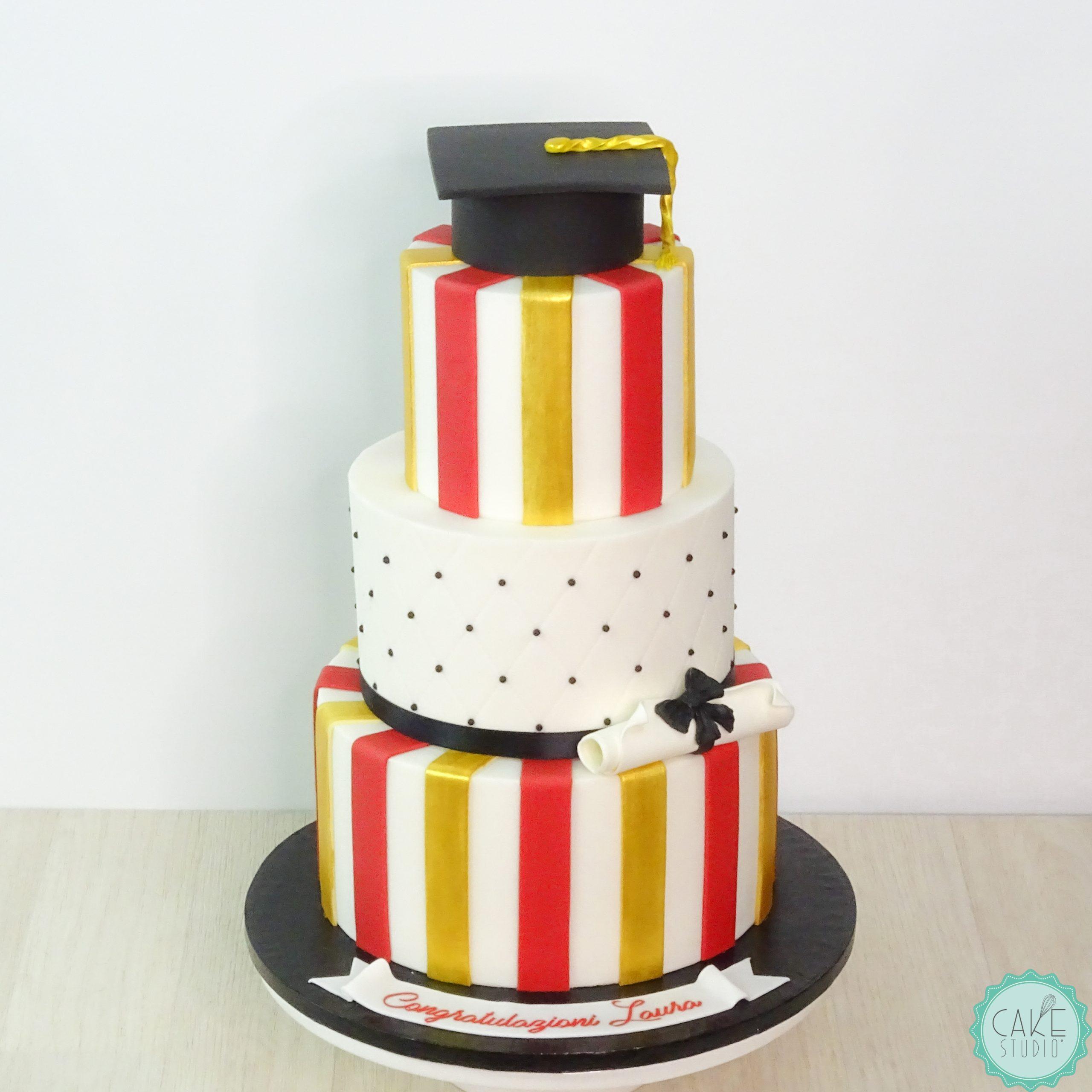 torta laurea righe bianco oro nero rosso con tocco e pergamena