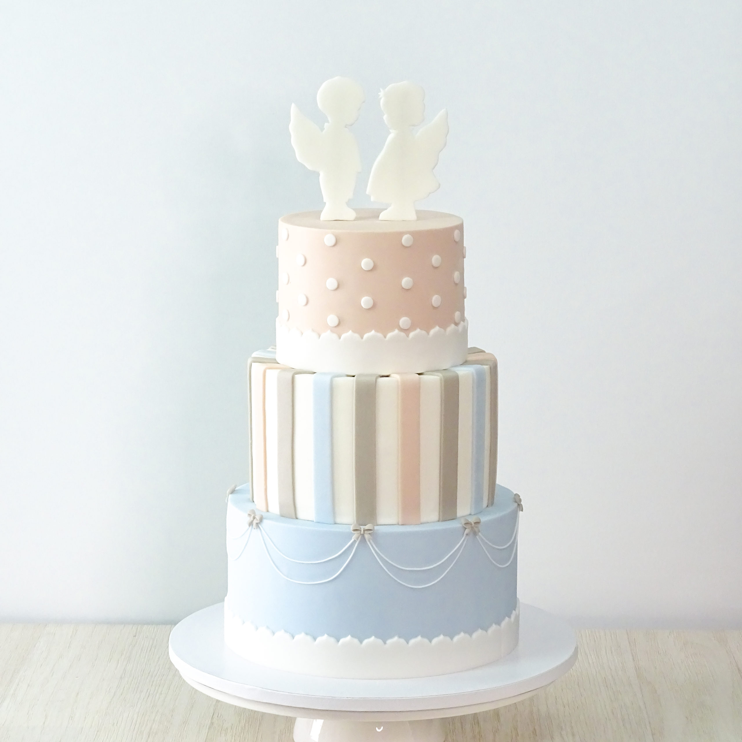 torta pois righe rosa azzurro con angeli bianchi