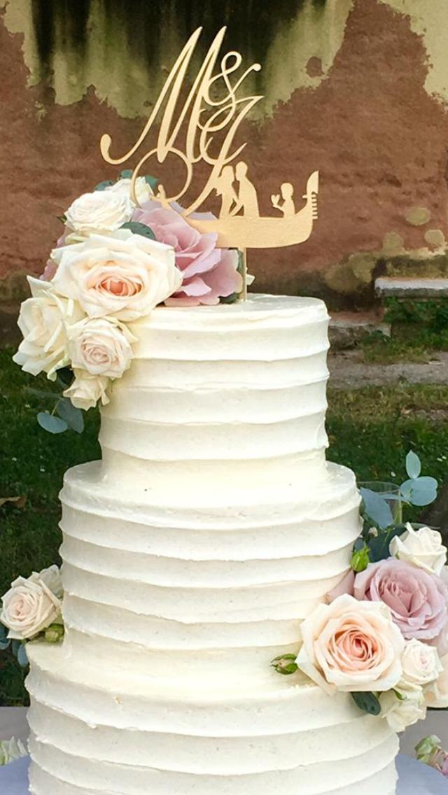 wedding cake con lavorazione ruffle e copertura al cioccolato bianco