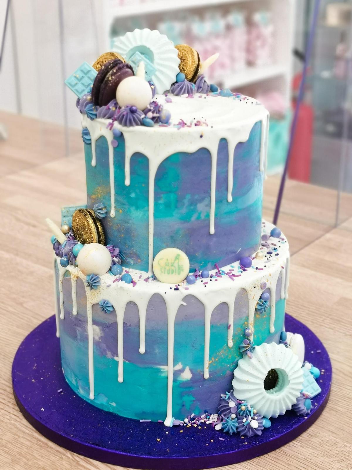 dripcake azzurro tiffany lilla viola con dripping bianco meringhe macaron cioccolato oreo