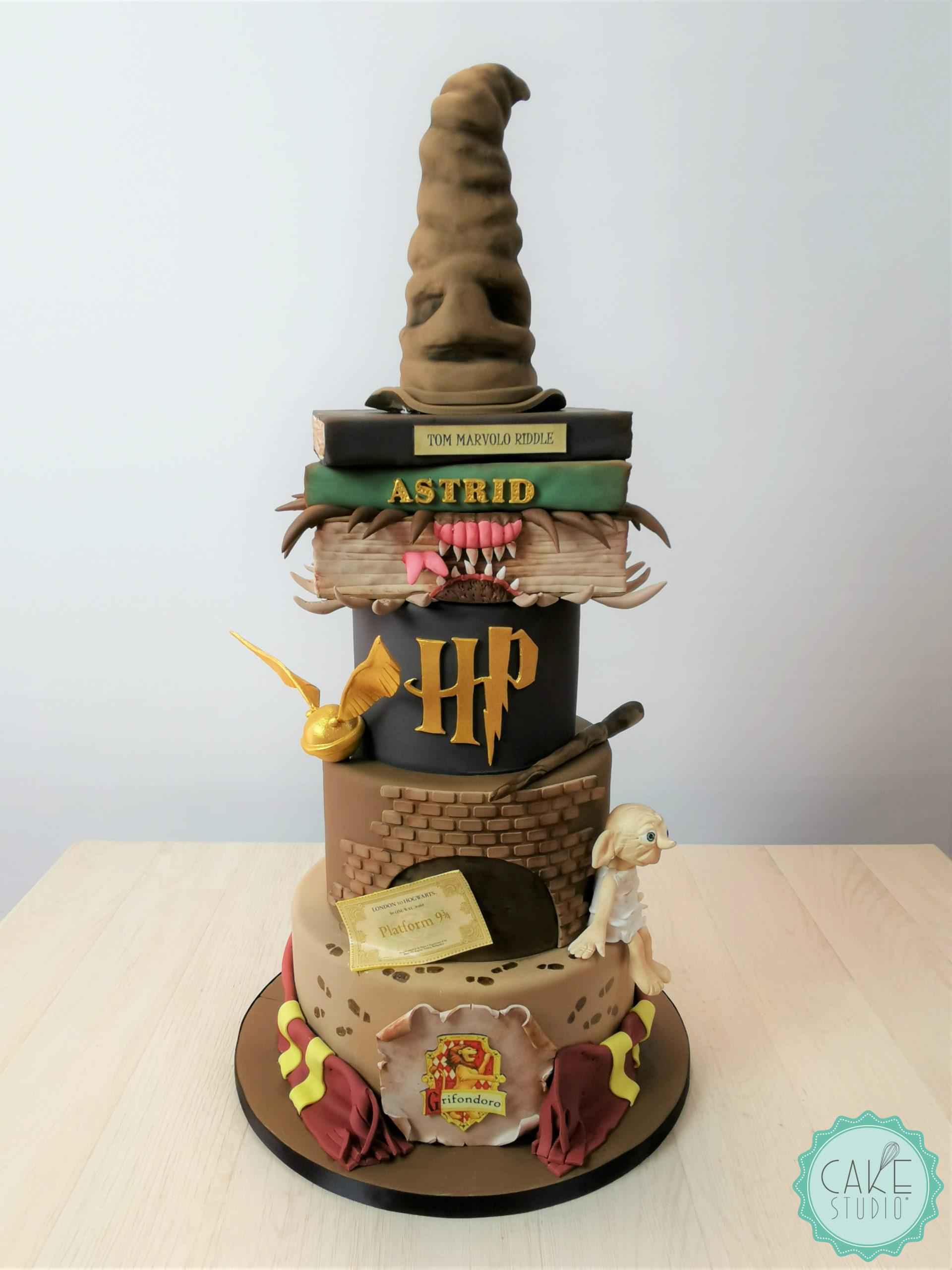 torta harry potter con cappello parlante bacchetta libri sciarpa griffondoro