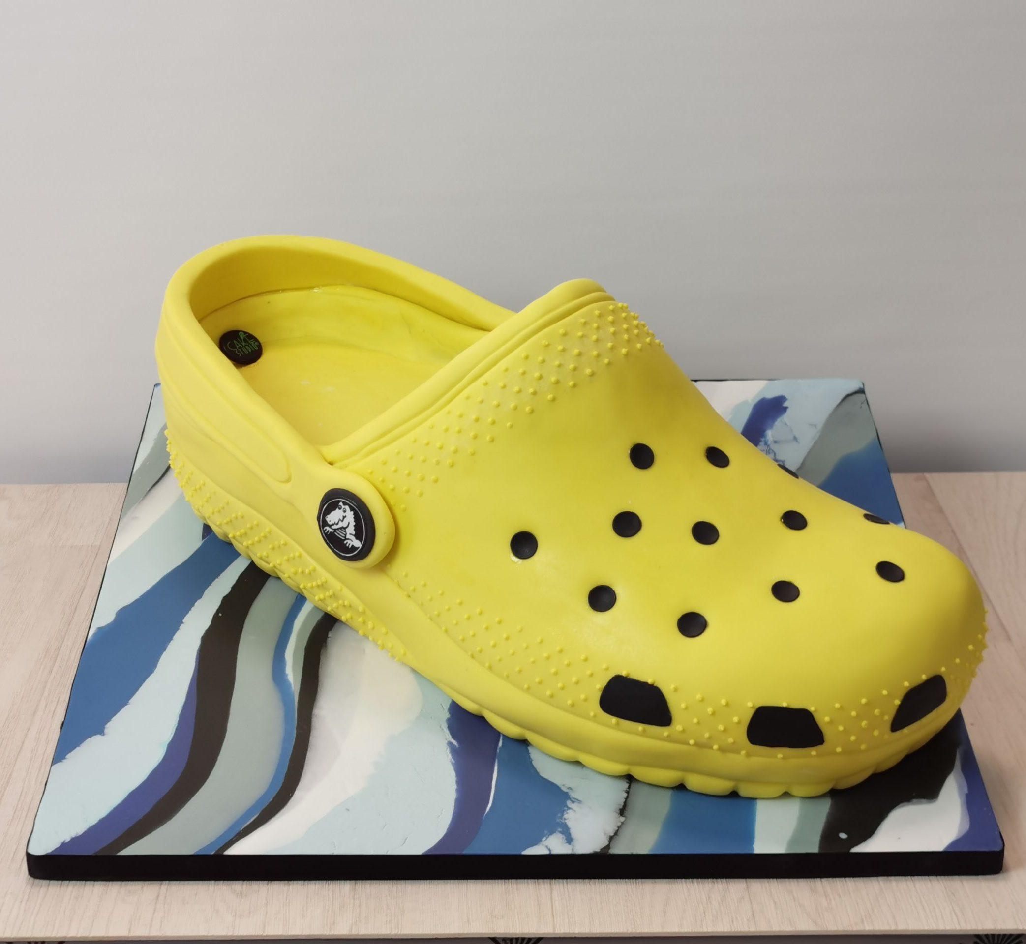 torta a forma di zoccolo crocs per evento aziendale