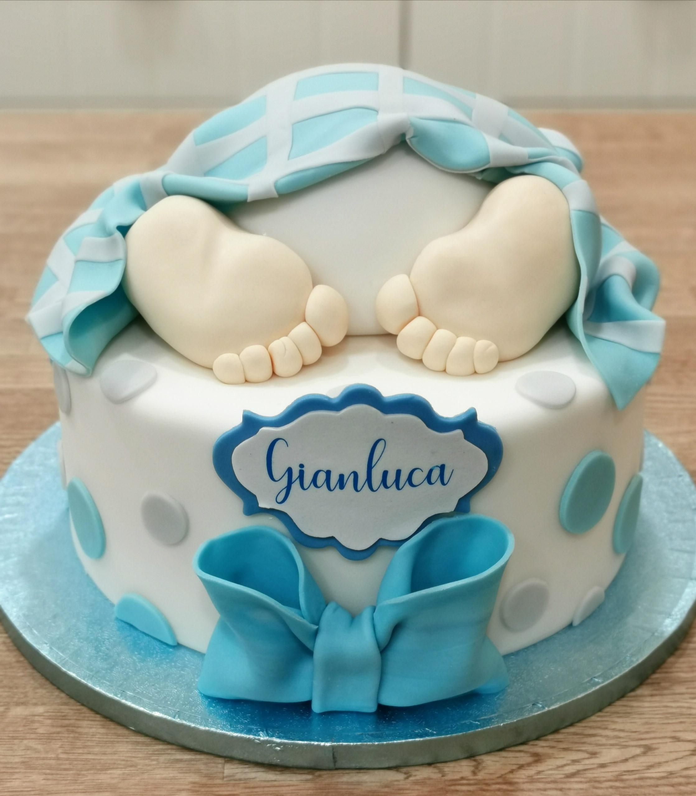torta baby shower piedini neonato fiocco copertina