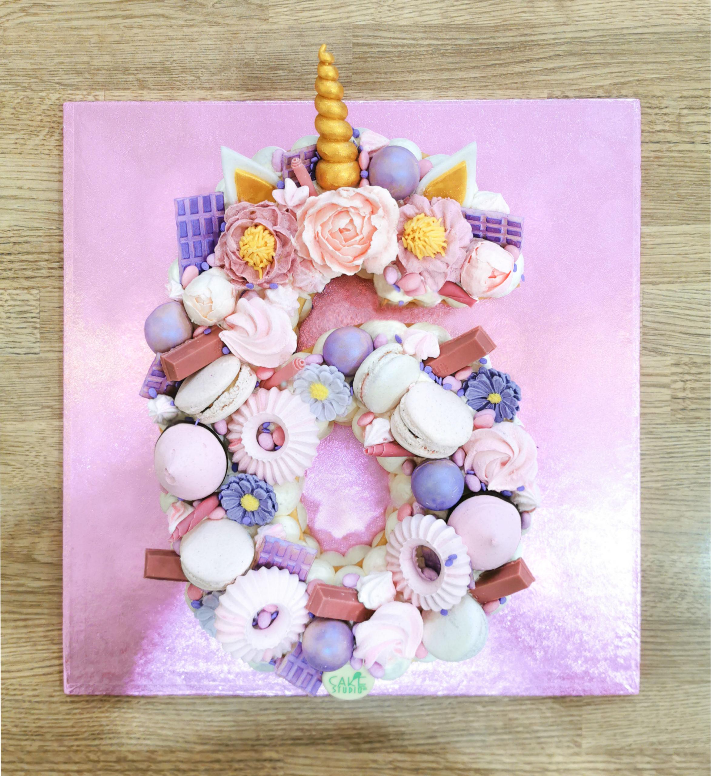 cream tart decorata con unicorno
