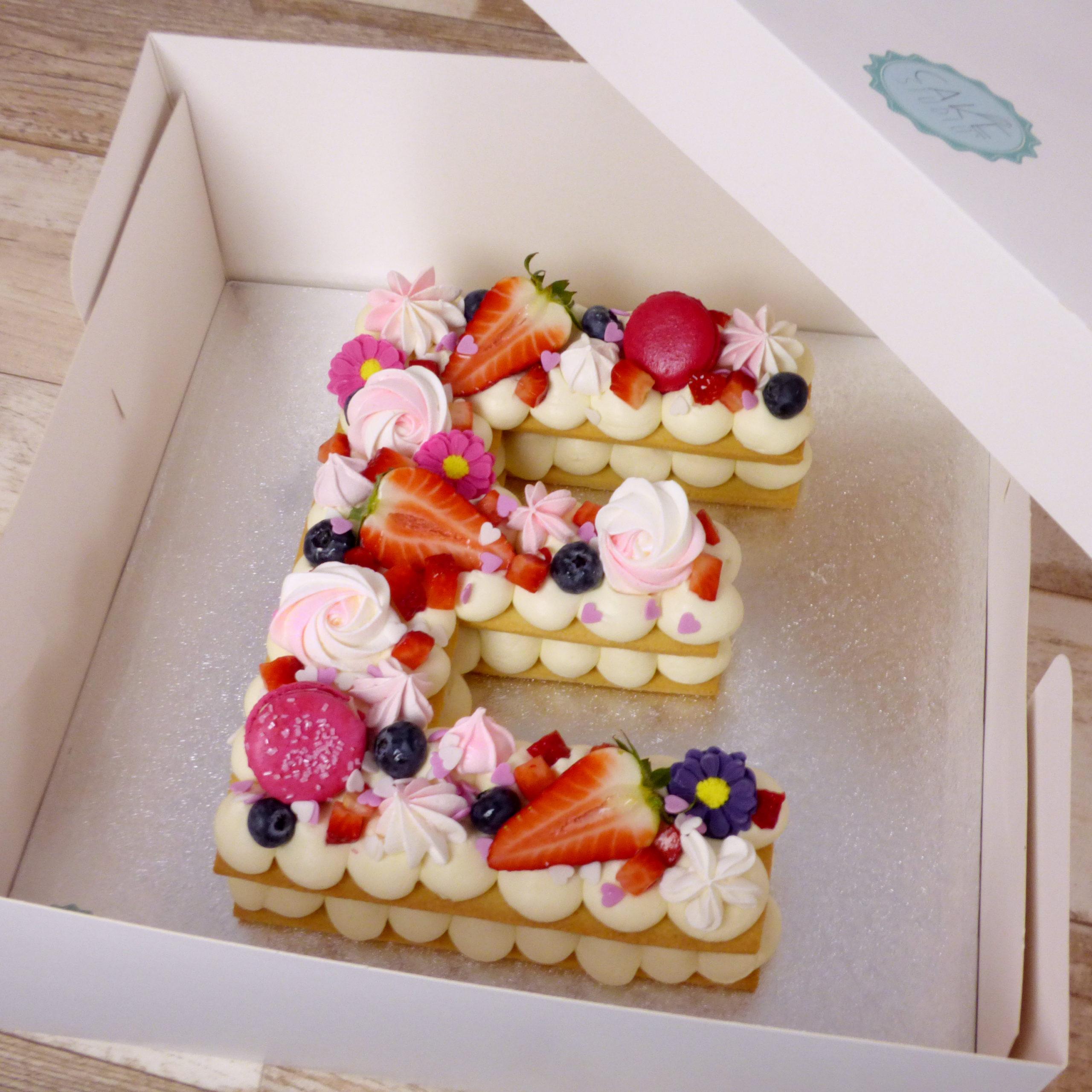 cream tart compleanno lettera fragole macaron meringhe