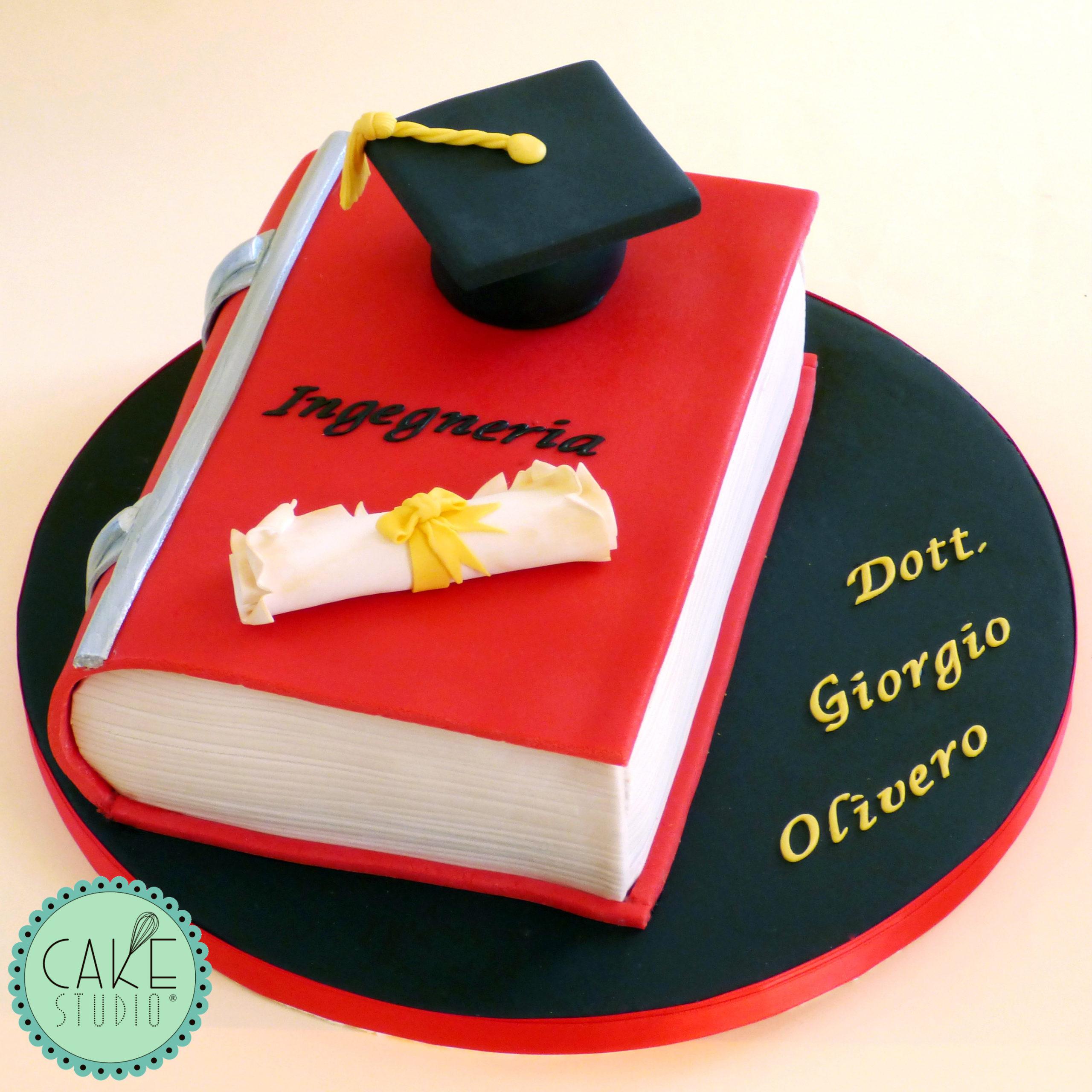 torta laurea a forma di libro con tocco e pergamena