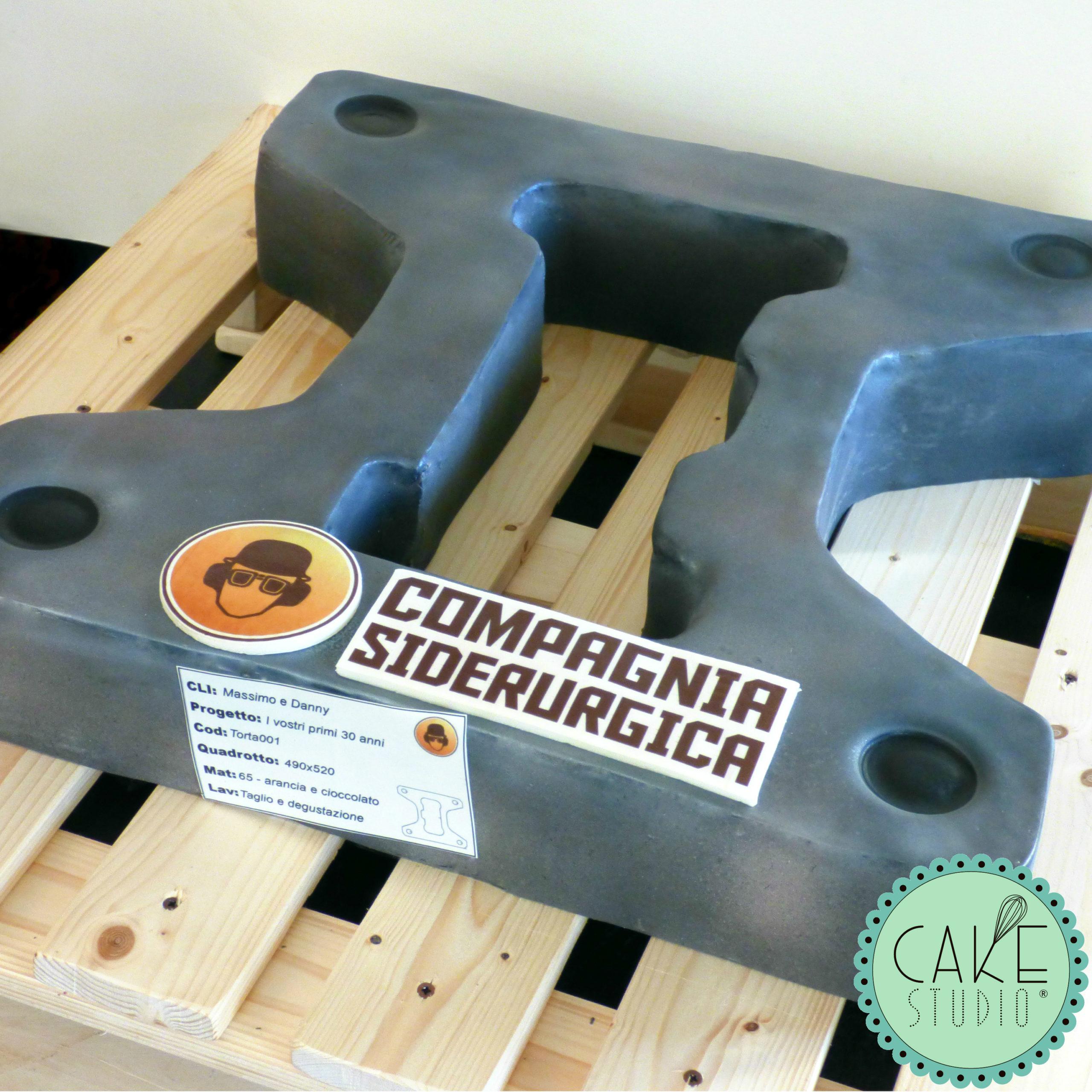 torta a forma di prodotto siderurgico metallico per evento aziendale
