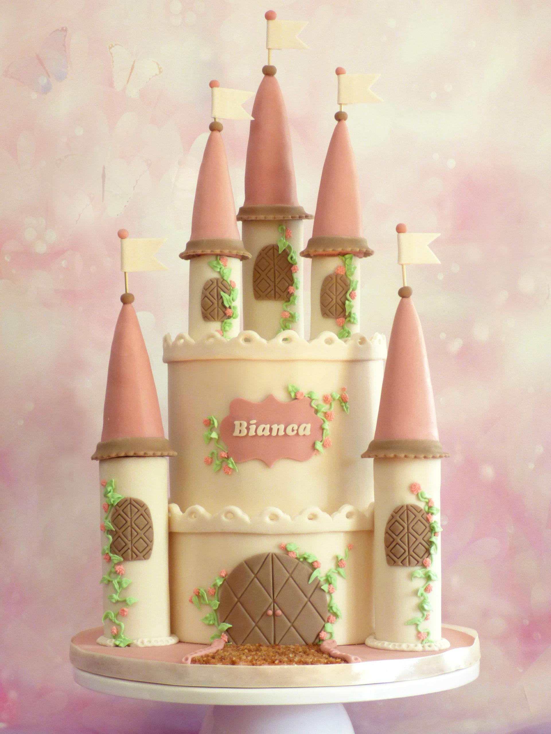 torta a forma di castello con guglie rosa edera e roselline
