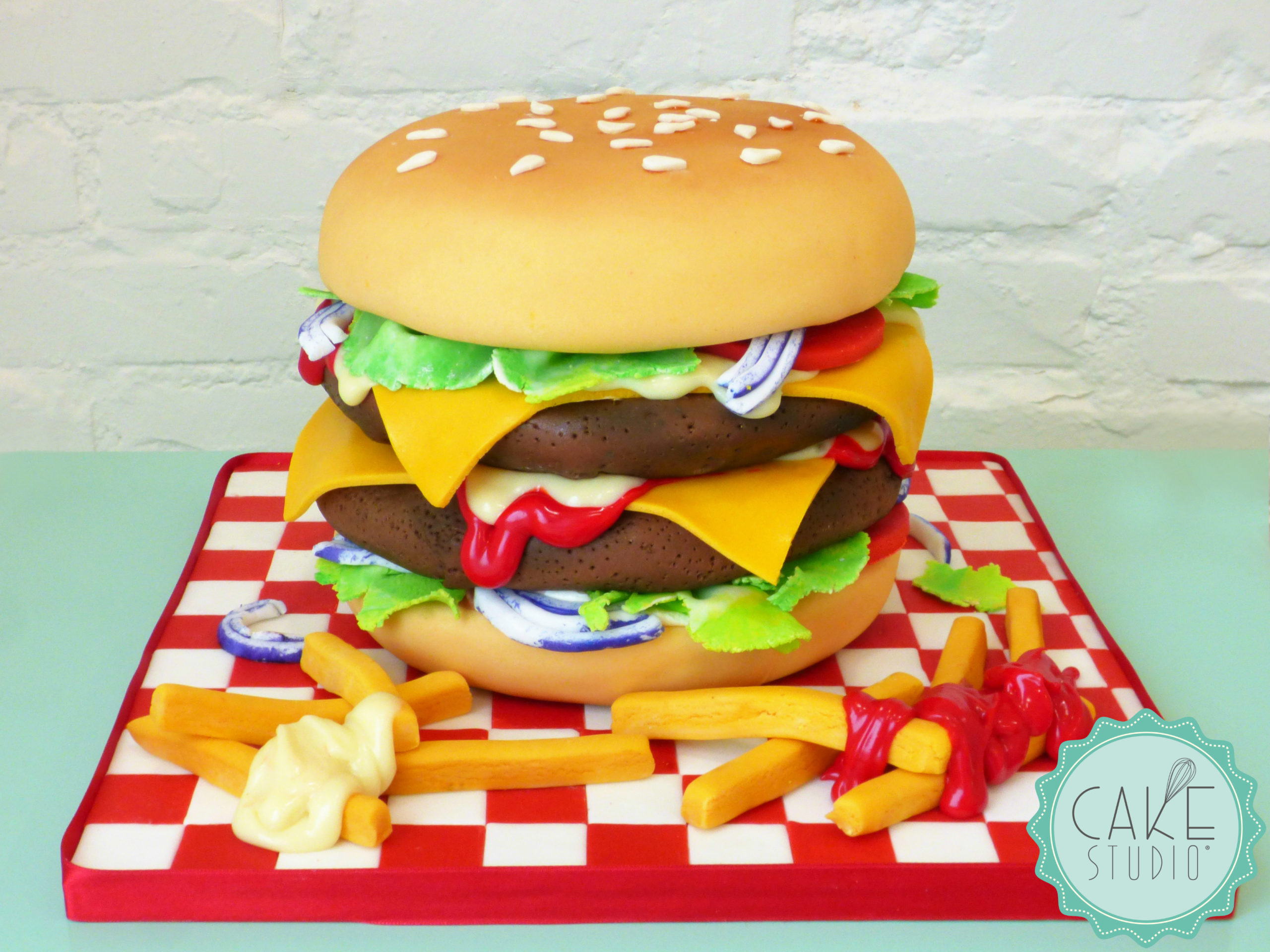 torta compleanno cheeseburger patatine maionese ketchup