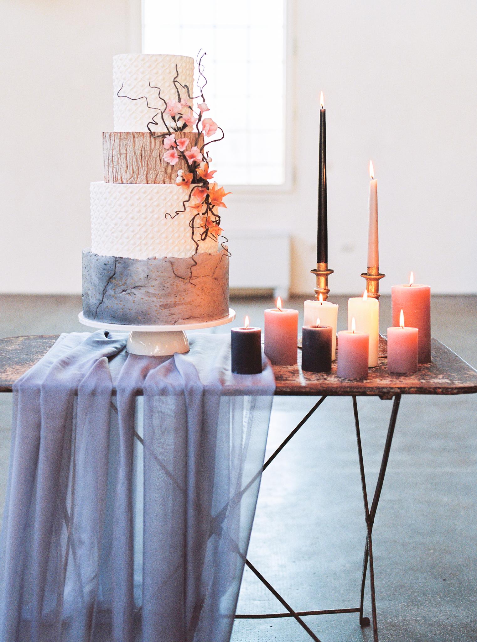 wedding cake stile industrial chic in pasta di zucchero effetto cemento e legno con fiori