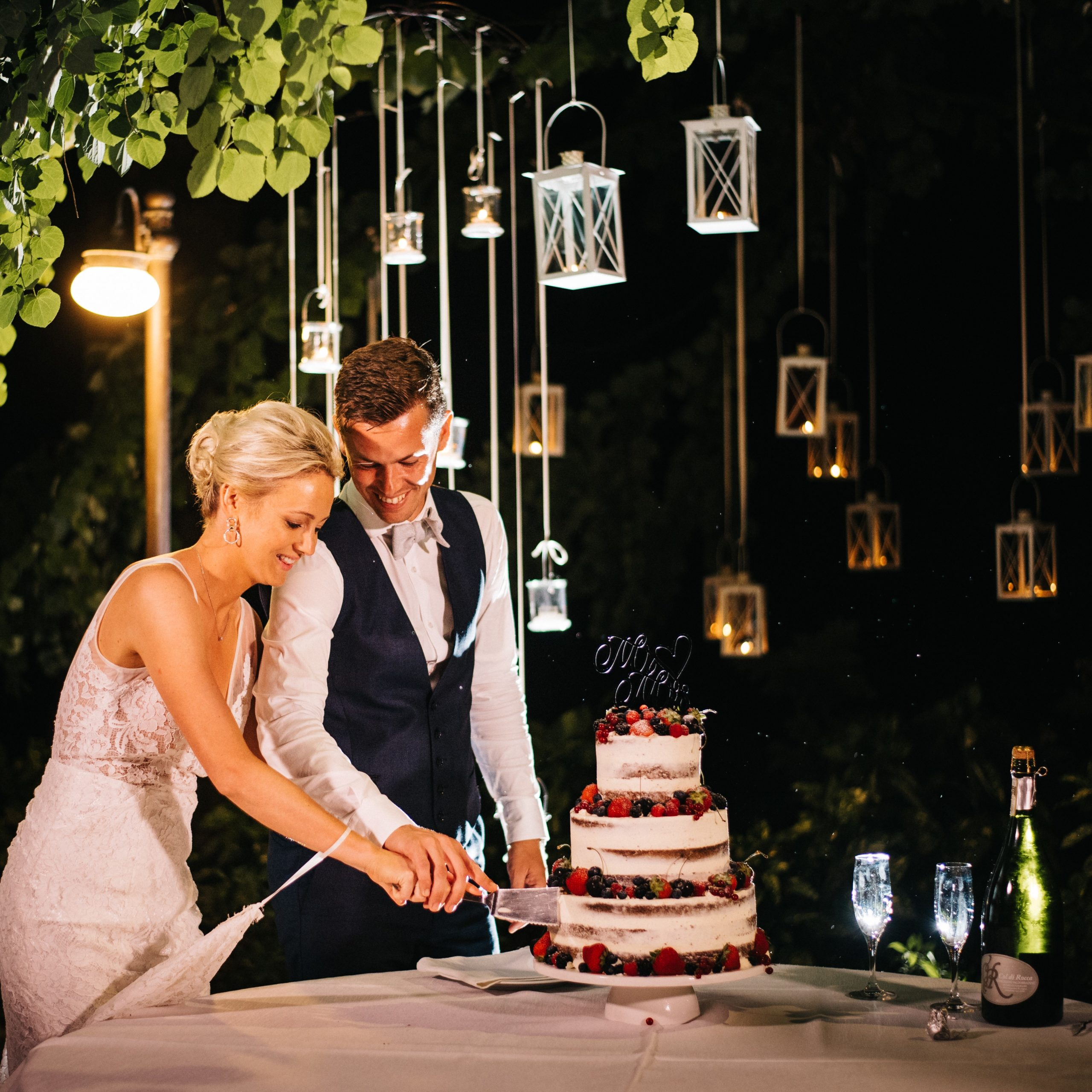 taglio wedding cake nuda seminuda naked frutti di bosco mr&mrs