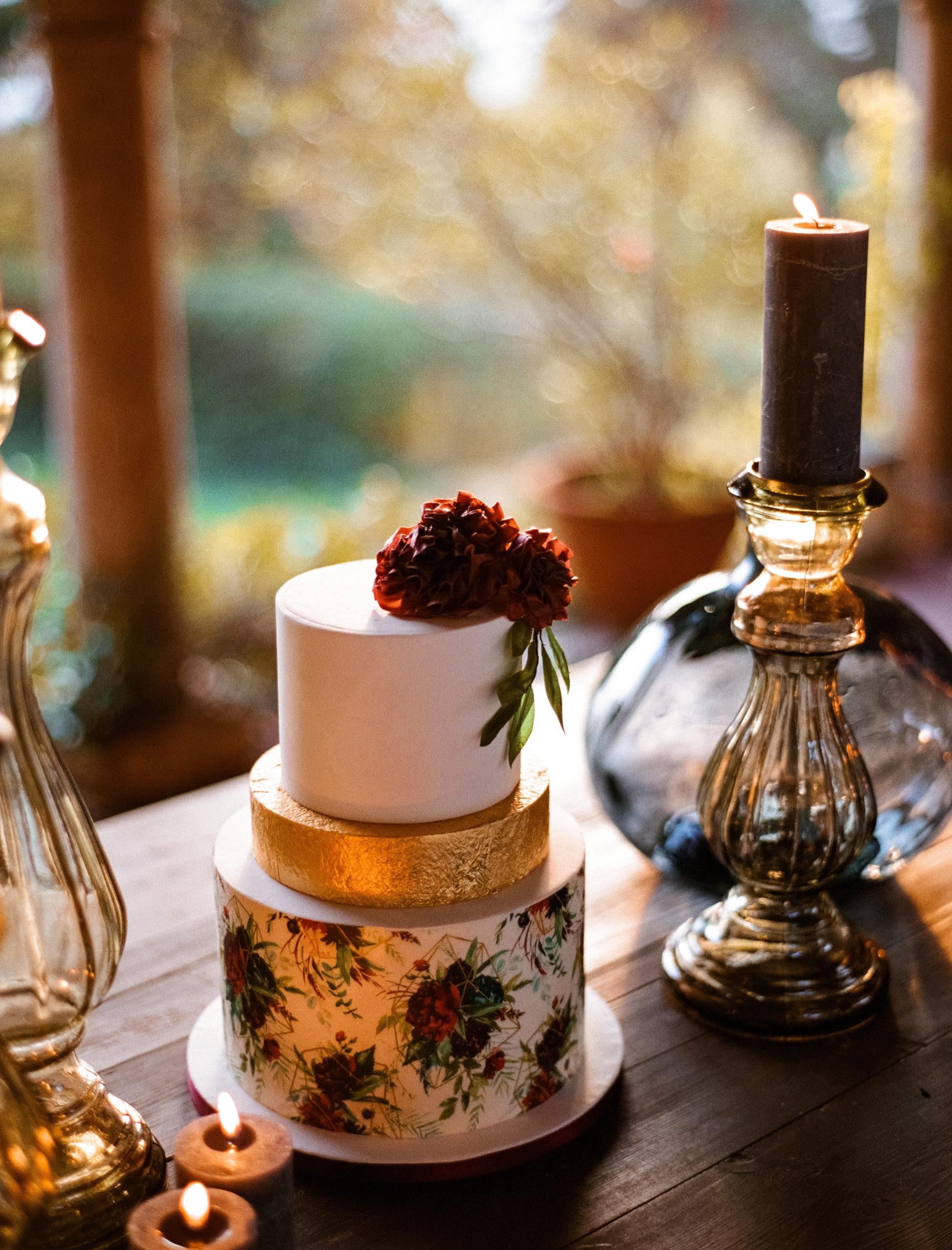 wedding cake con fiori burgudy e oro