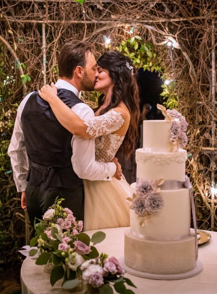 wedding ccake in pasta di zucchero bianca con fiori color malva