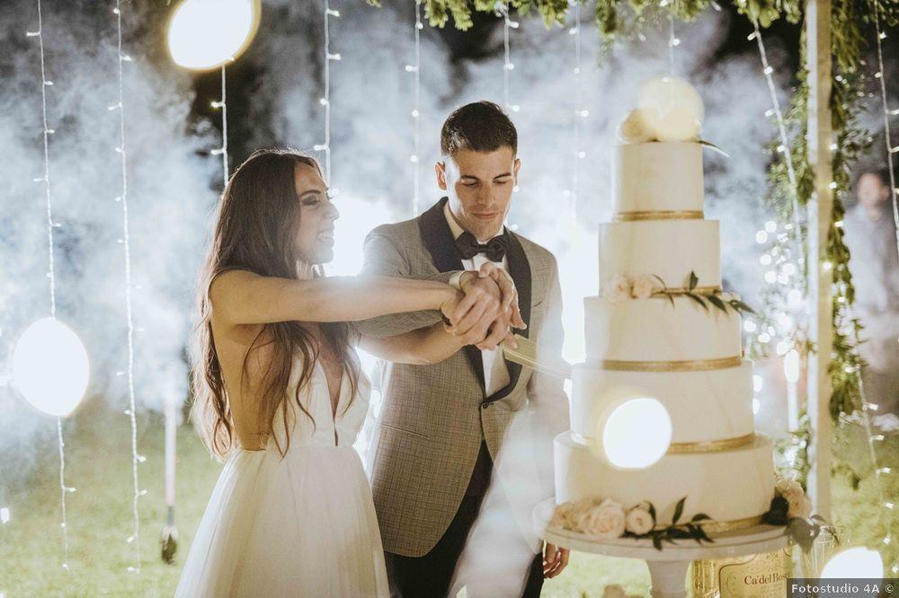 taglio di wedding cake ricoperta con pasta di zucchero