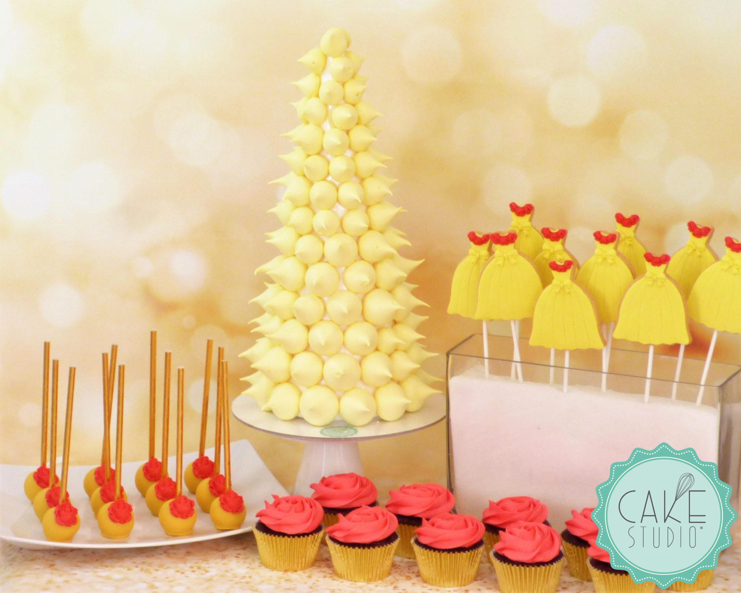 cake pop e cupcake con rosa rossa, cono di meringhe gialle e biscotti abito giallo con rose rosse